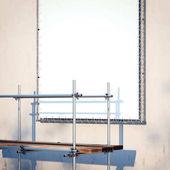 Lešení a nápis na zdi. 3D vykreslování