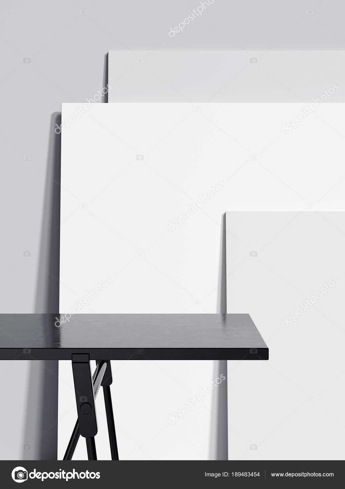 Schwarze leere Tabelle und drei leere Bilderrahmen. 3D-Rendering ...