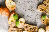 Bruschetta mit Basilikum und Olivenöl im Ofen gebacken. Traditionelle italienische Vorspeise. Ansicht von oben.