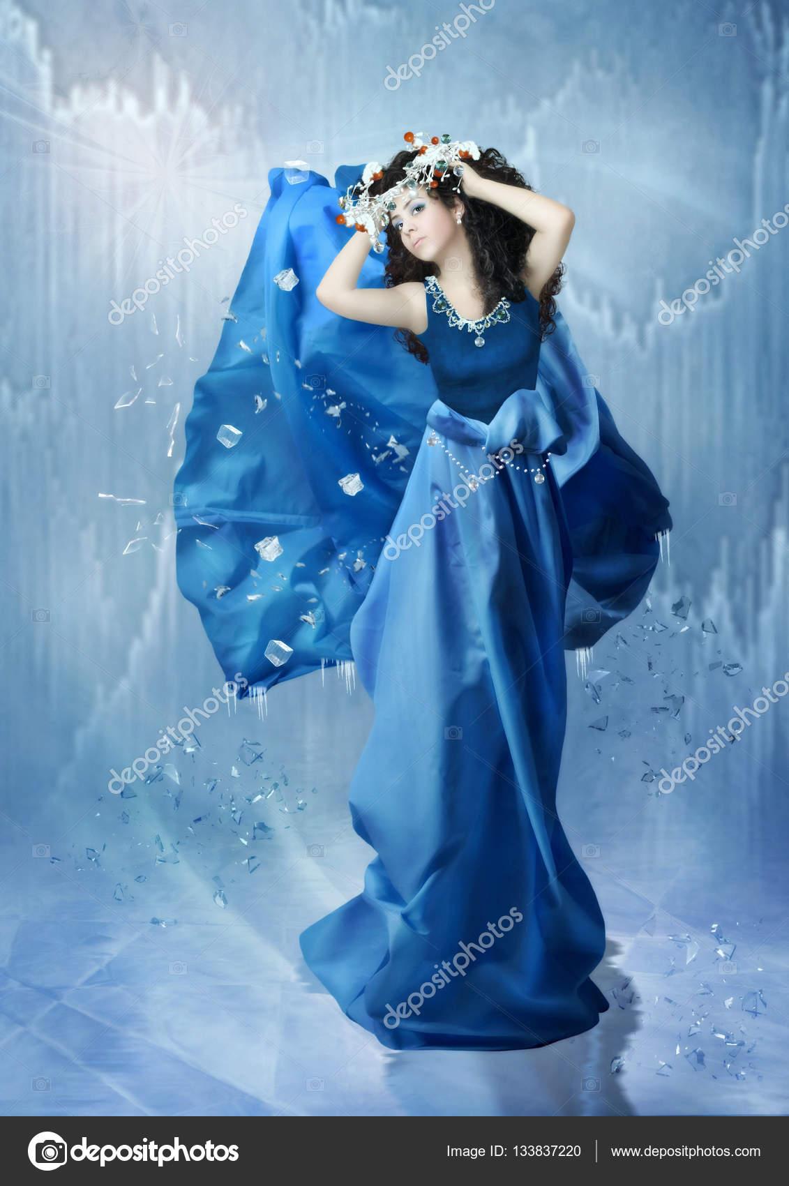 長い青いドレスの少女。アイス ...