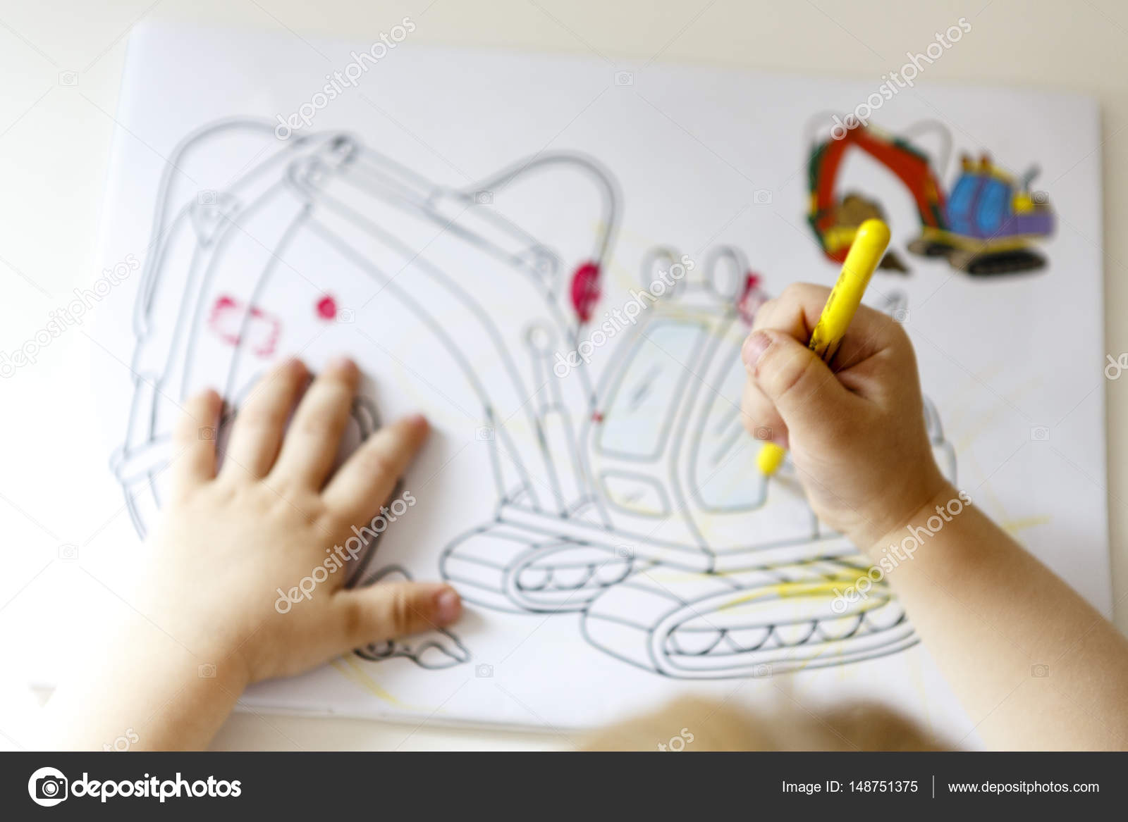 Genç çocuk çizme Içine Boyama Kitabı Stok Foto Jarin13 148751375