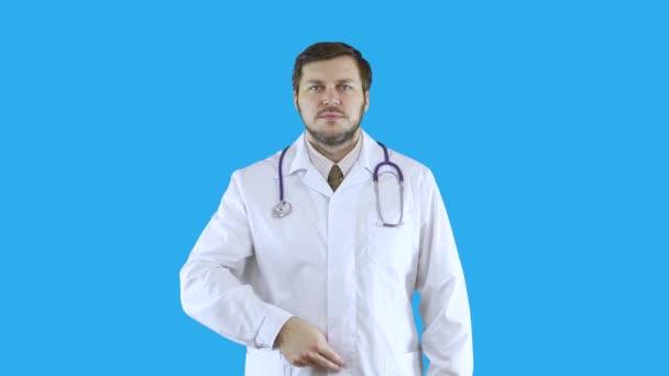 Muž v bílém lékařském plášti je pokřtěn.