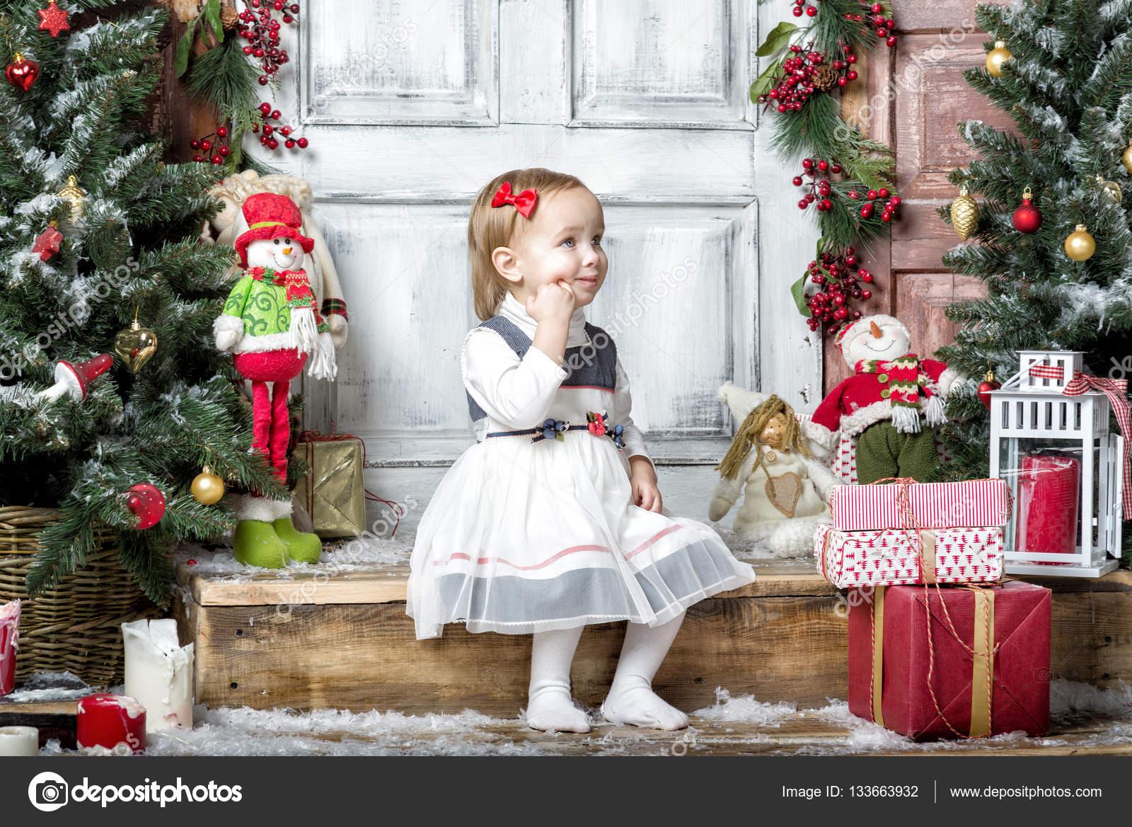 Glückliche Mädchen mit Weihnachts-Geschenken — Stockfoto © nickolya ...