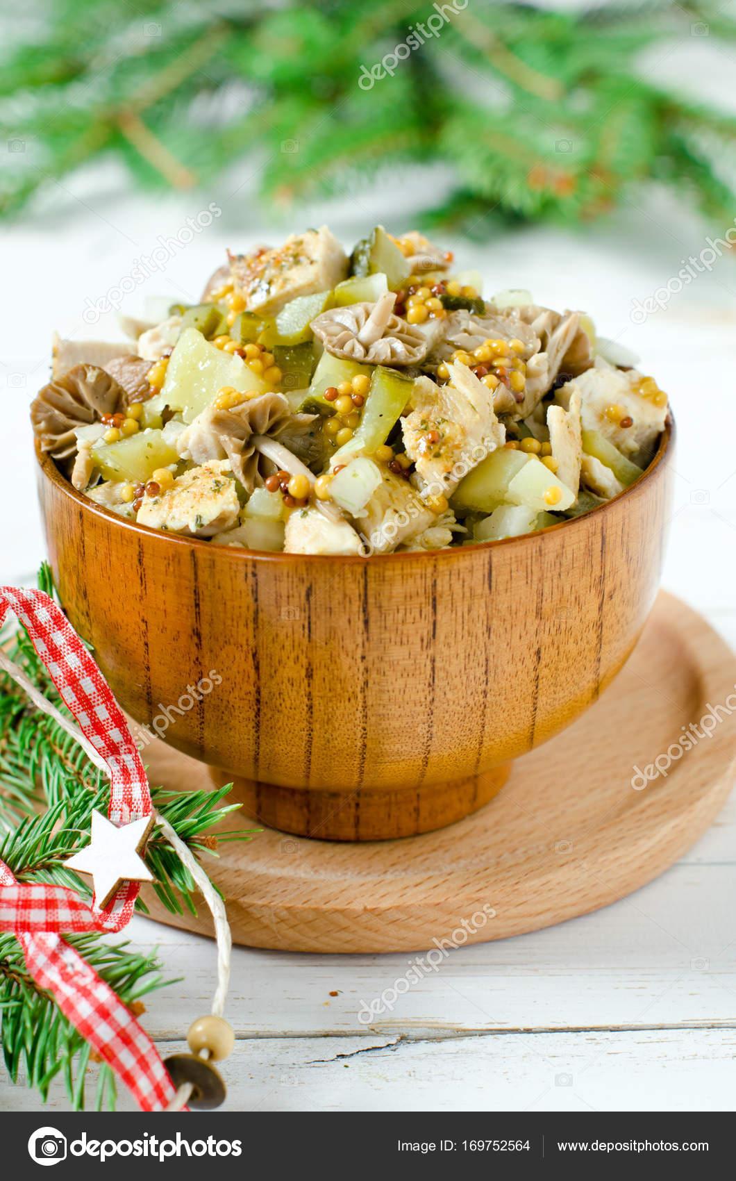 Weihnachten-Salat aus Huhn, Kartoffeln, marinierte Champignons ...