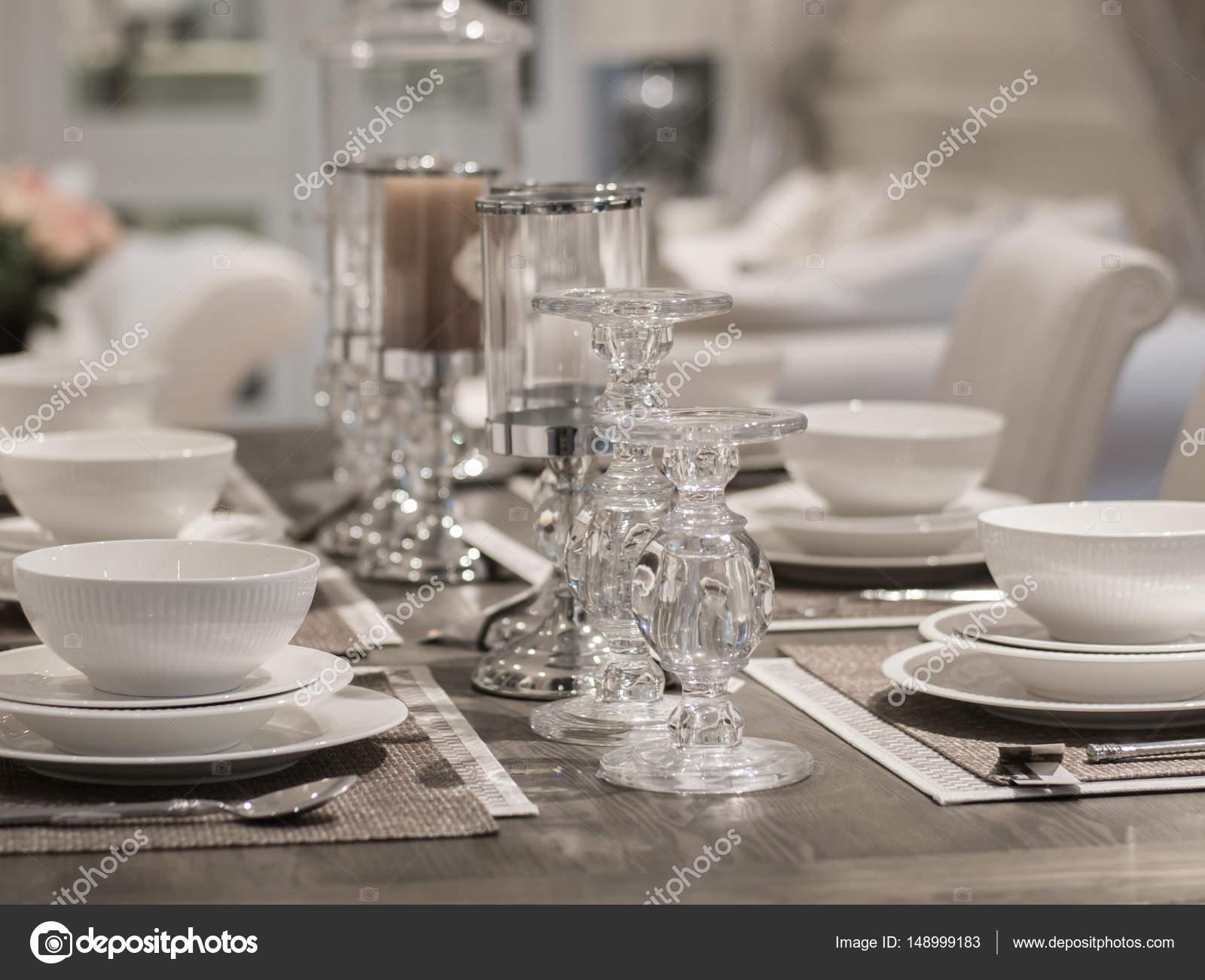 Tabel en decoratie in moderne restaurant geserveerd u stockfoto