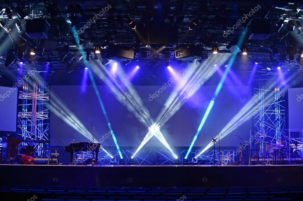 Podium verlichting met muzikale insruments — Stockfoto ...