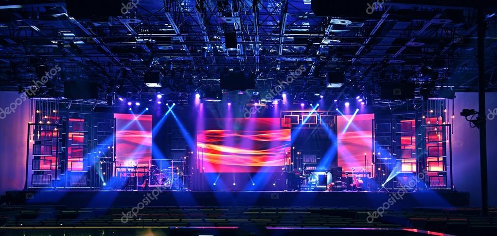 Podium verlichting met muziekinstrumenten — Stockfoto © ginosphotos1 ...