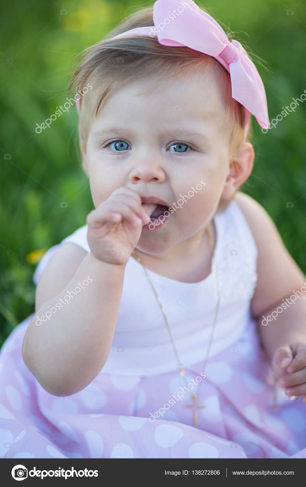 Süßes Babymädchen im Freien zu spielen. Taufe, Hochzeit & Fashion ...