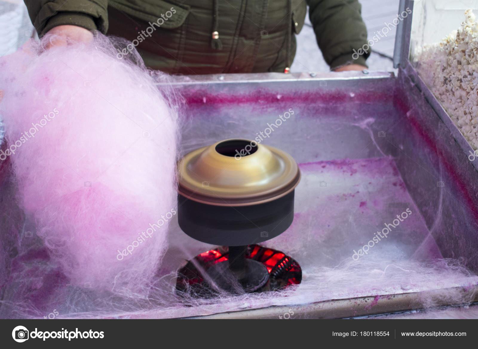 Haciendo dulce algodón de azúcar. Calle azucar — Foto de stock ...