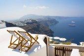 Due lettini sulla terrazza con vista sul mare. Rilassarsi sullisola di Santorini, Grecia