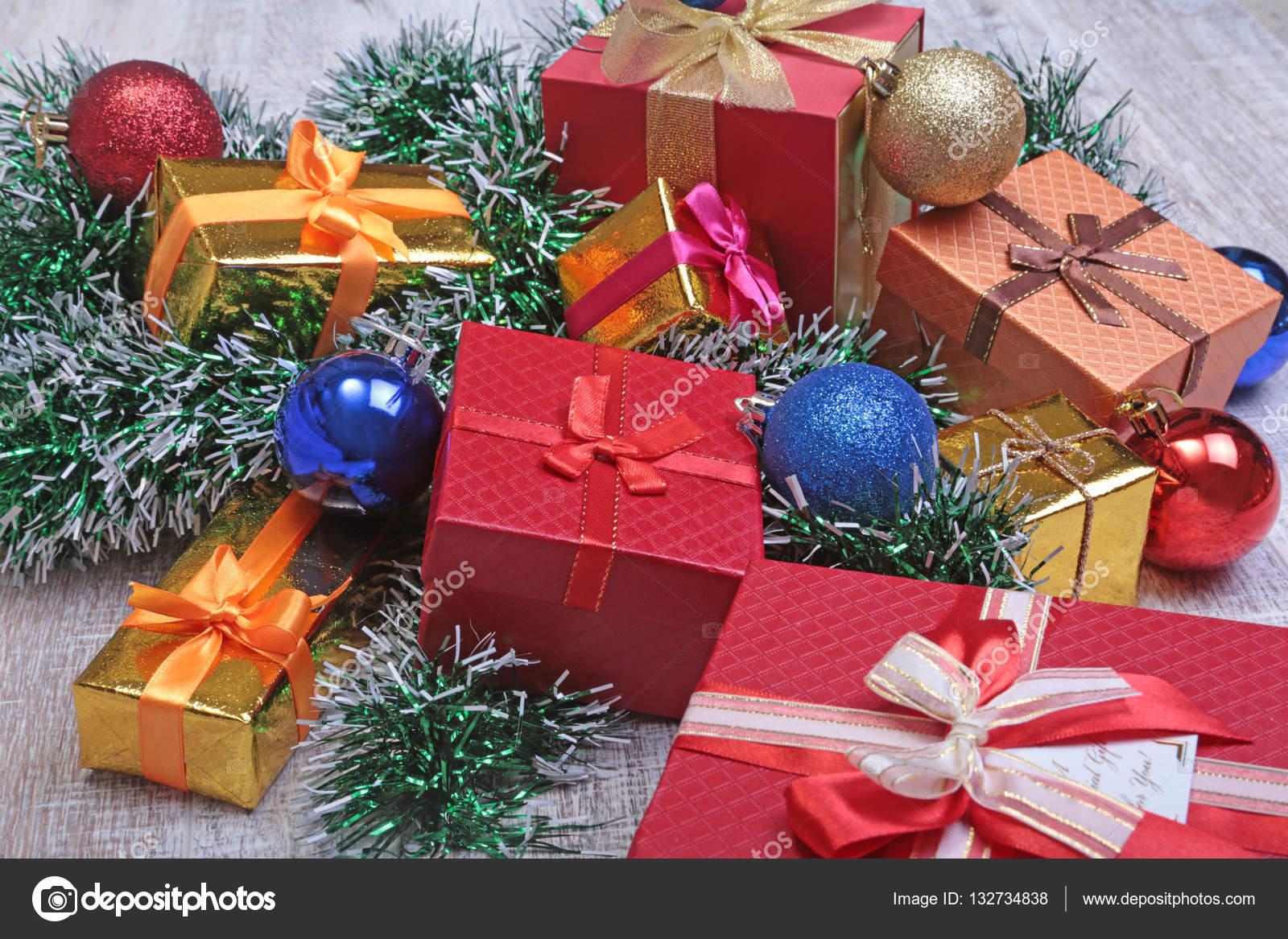 Kerstdecoraties Met Rood : Kerstdecoratie geïsoleerd wit. rode en gouden geschenkdozen met drie