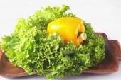 Fresche verdure assortite con foglia di lattuga. Isolato su priorità bassa bianca. Messa a fuoco selettiva