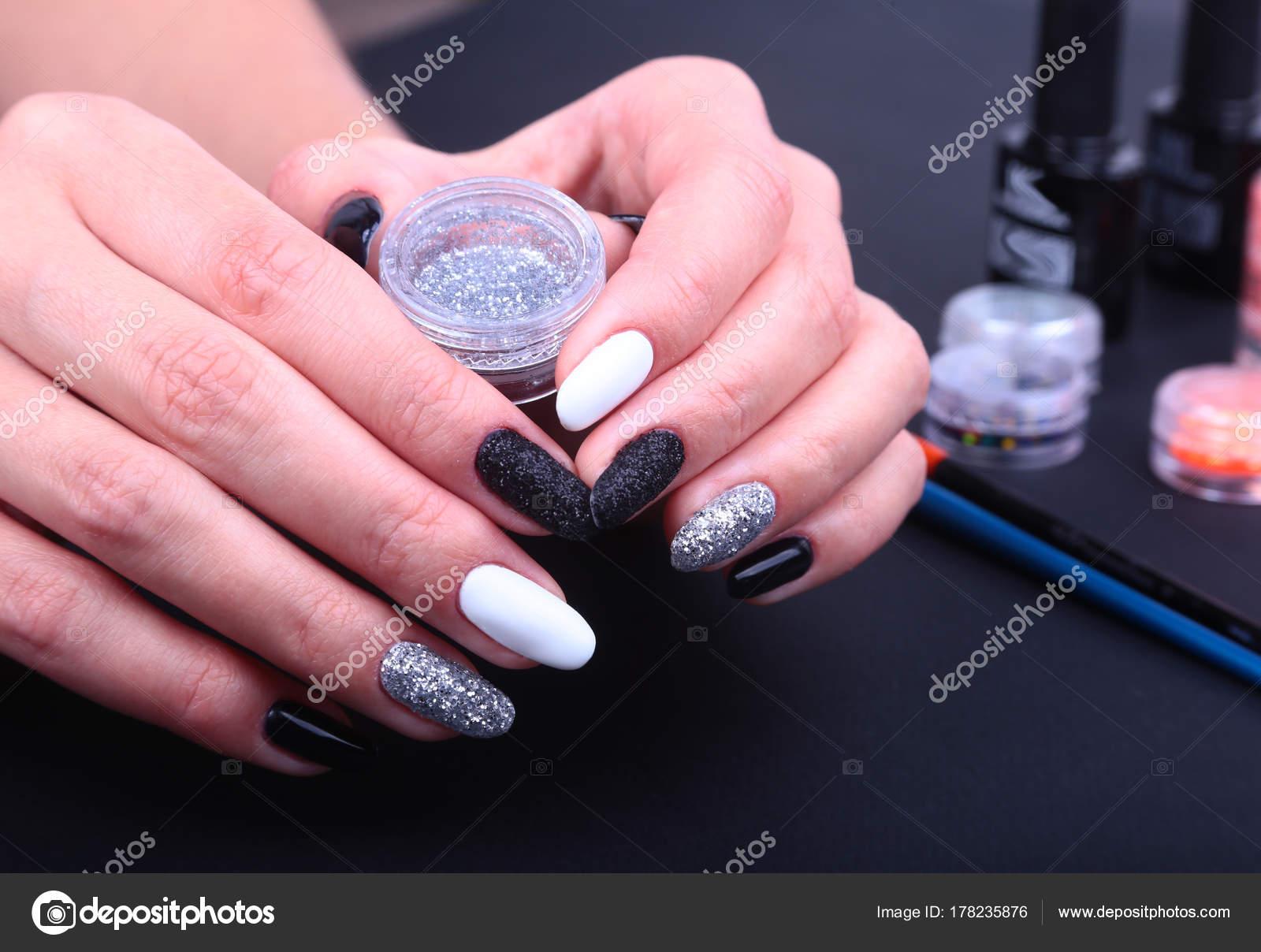 Маникюр картинки черный белый лак