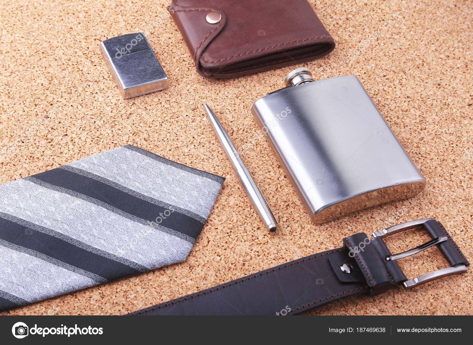 5636dccb8 Gadgets y accesorios para hombres en fondo madera claro. S de los hombres  de moda