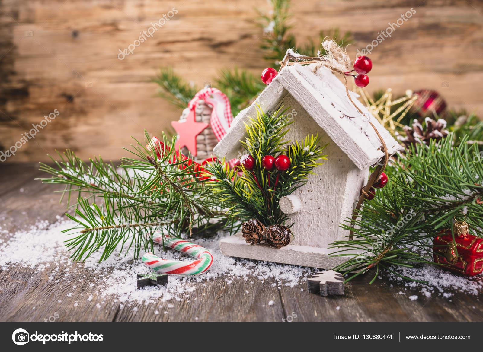 Witte Kerst Huis : Kerst samenstelling met witte houten huis u stockfoto imelnyk