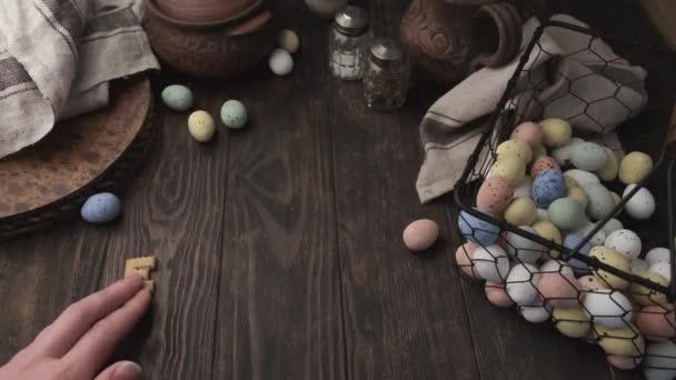Mann legte Wort Ostern auf den Tisch