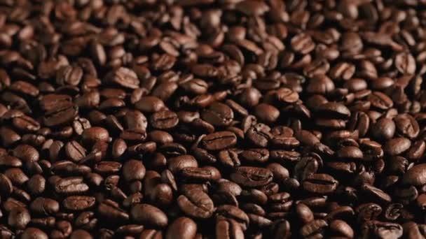 Kávová zrnka rotují. Krásná semínka kávy