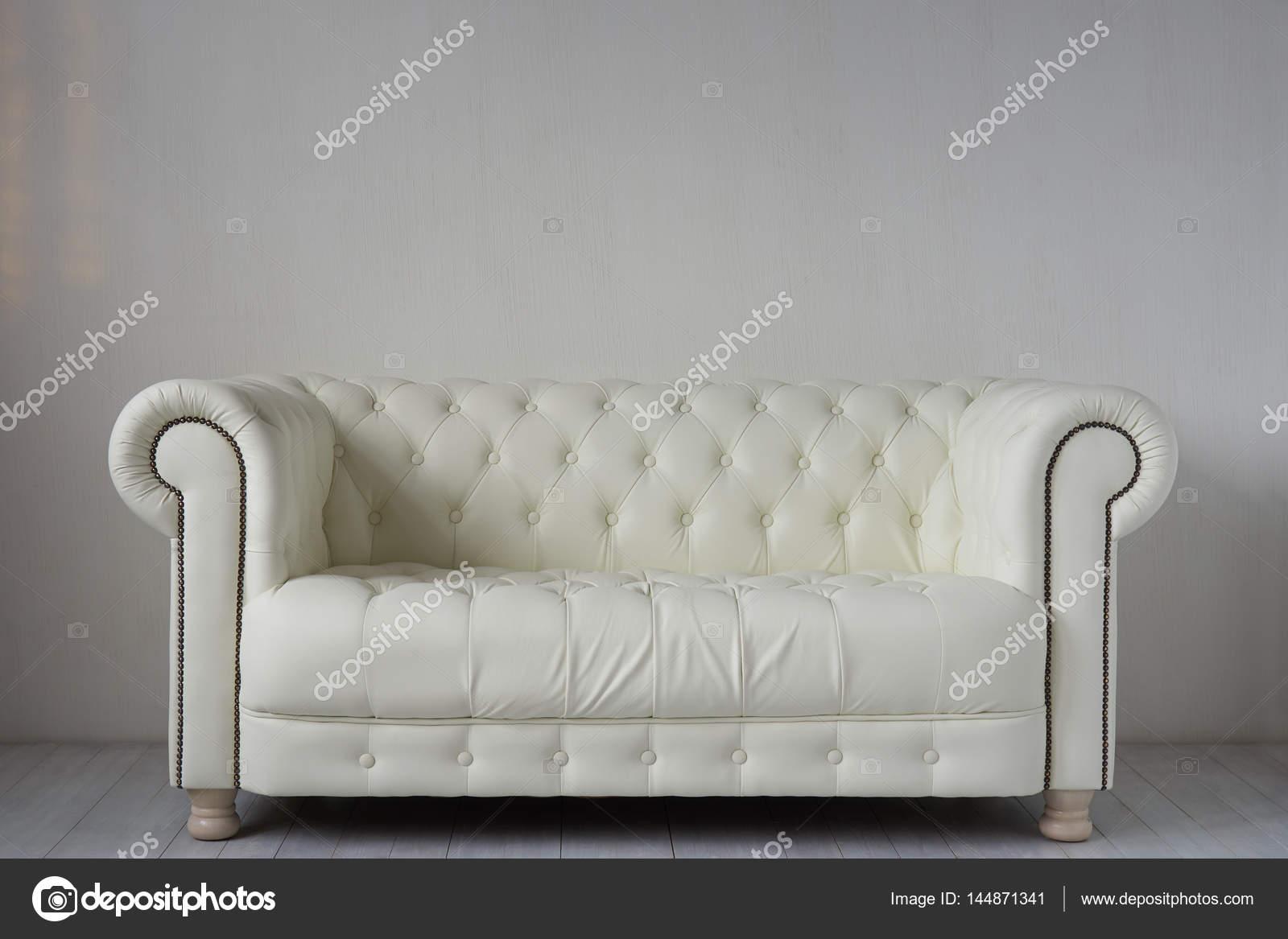 divano in pelle bianco — Foto Stock © photopotam #144871341