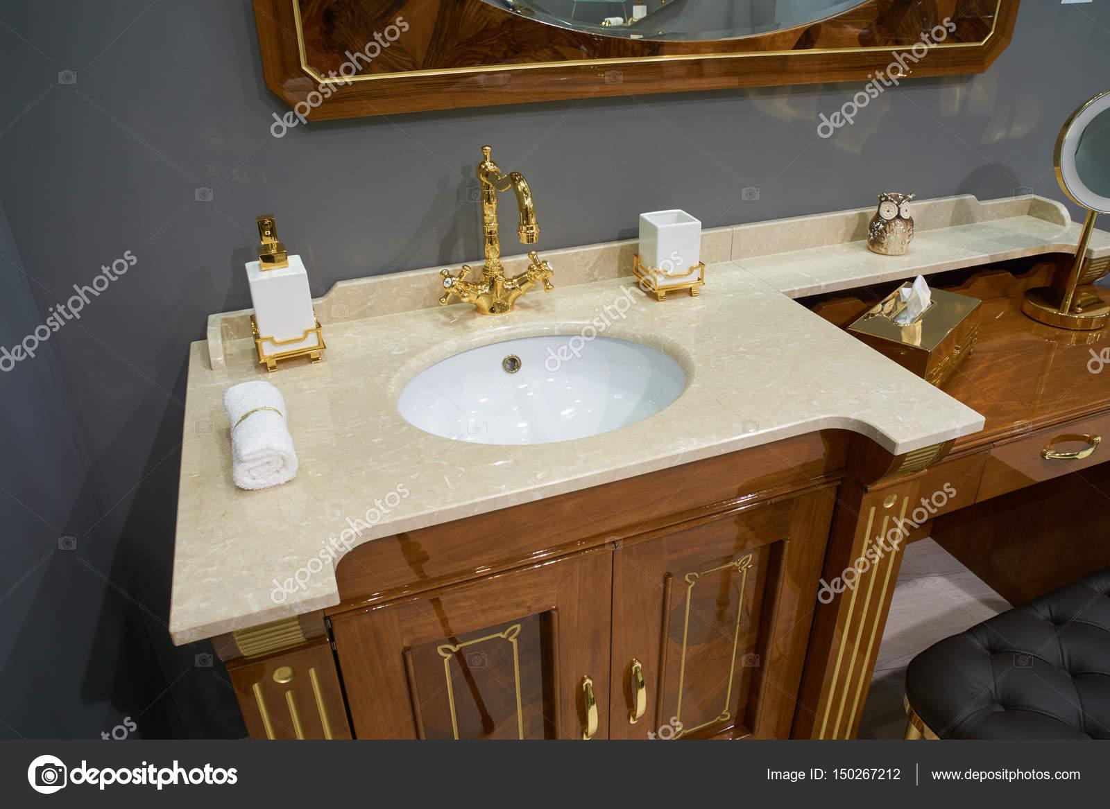 Blick Auf Luxus Badezimmer Mit Weißen Einschub Keramik Waschbecken Mit  Glänzend Gold Plated Metall Mischer Und Zubehör U2014 Foto Von Photopotam