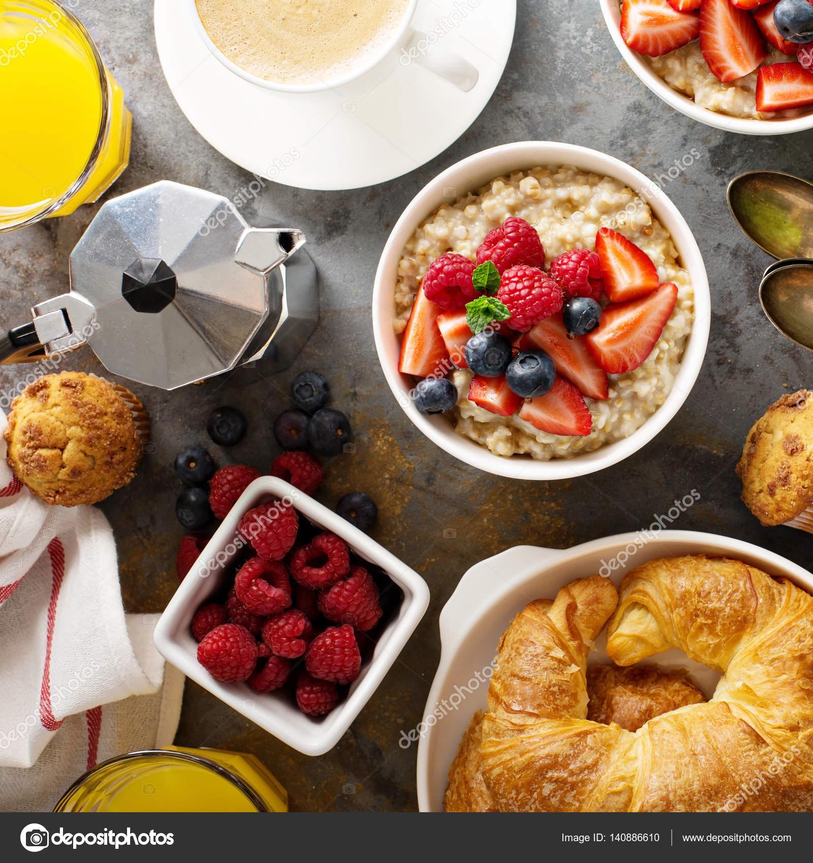 Frühstückstisch Mit Haferflocken Brei, Croissants Und Muffins U2014 Stockfoto