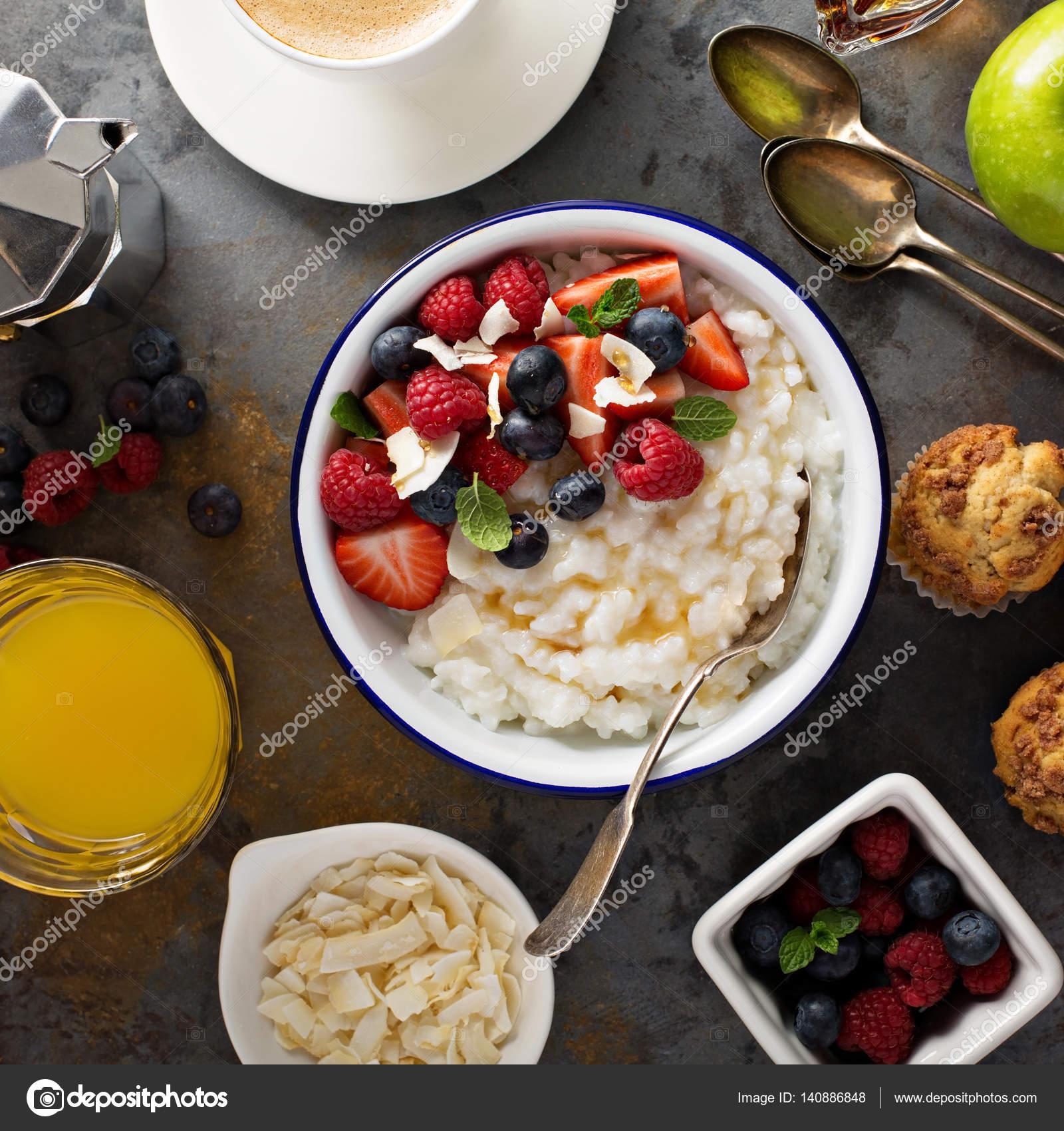 Frühstückstisch Mit Milchreis, Frisches Obst Und Muffins über Kopf Gedreht  U2014 Foto Von Fahrwasser