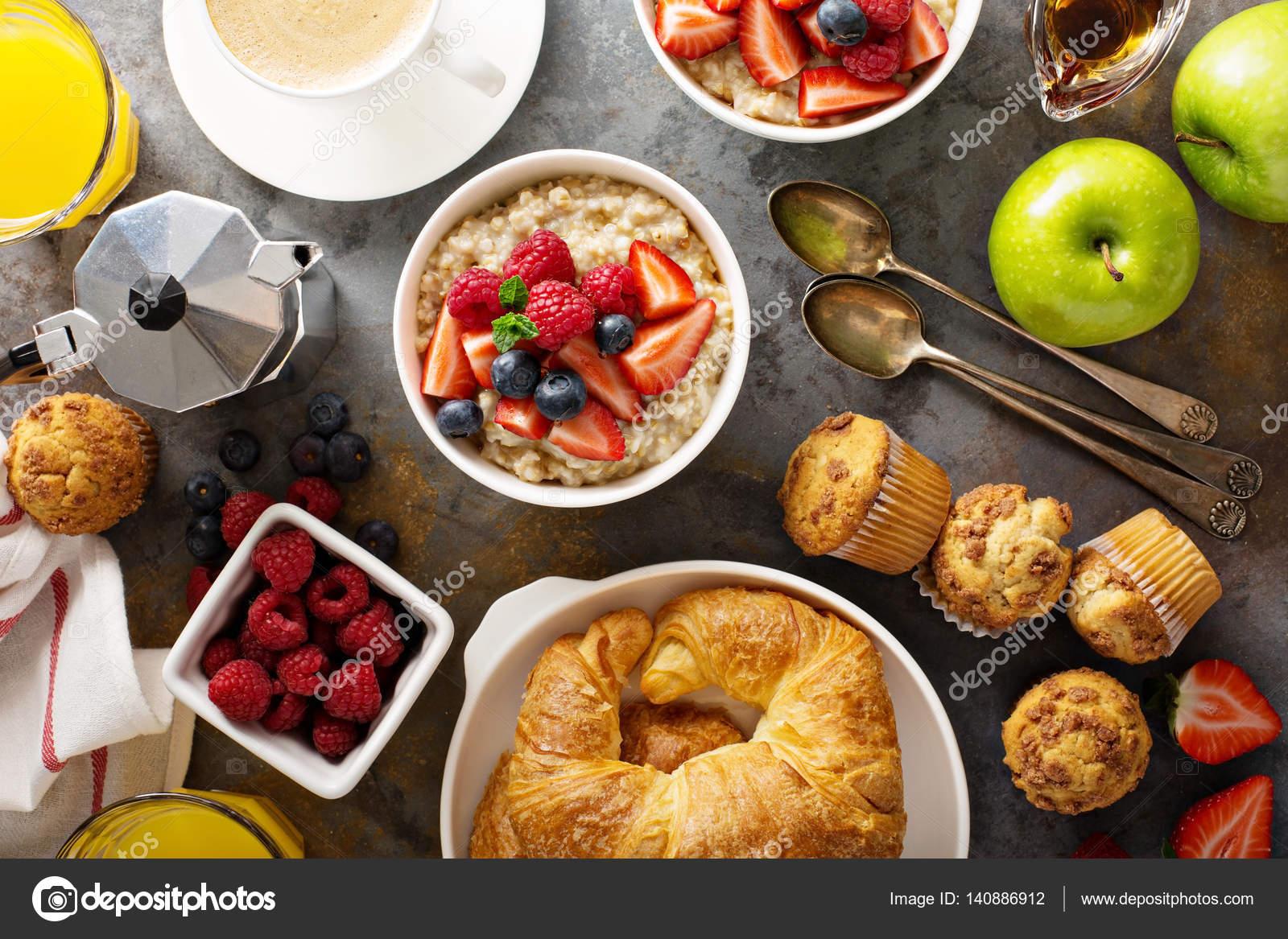 Marvelous Frühstückstisch Mit Haferflocken Brei, Croissants Und Muffins U2014 Stockfoto