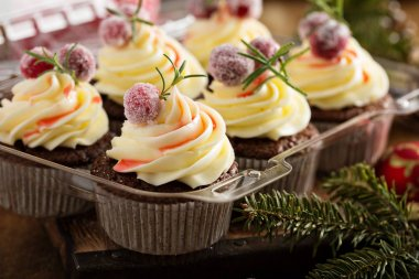 Gingerbread cranberry cupcakes