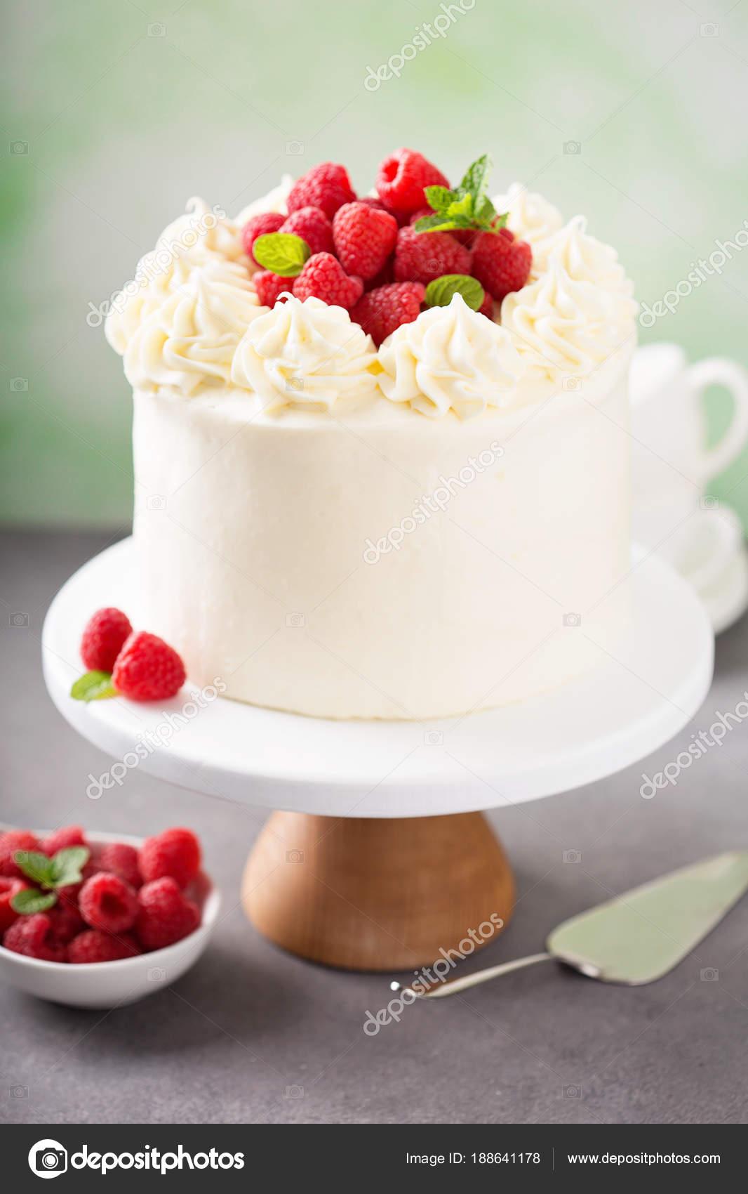 Vanille Himbeer Kuchen Mit Weissem Zuckerguss Stockfoto