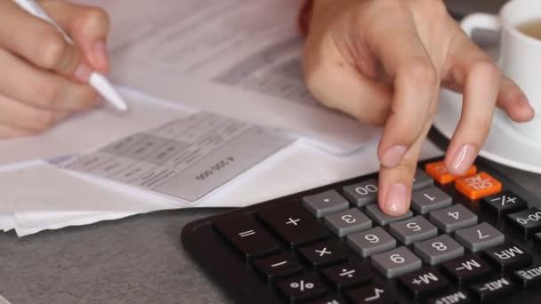 Zblízka ženské účetní nebo bankéř zanedbat. Domácí finance, investice, ekonomika, peníze nebo pojištění konceptem úspory. Closeup ruce.