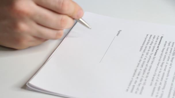 Nahaufnahme eines Geschäftsmannes bei der Unterzeichnung eines Vertrages, einer rechtlichen Vereinbarung oder eines Papiers. Mann genehmigt Dokumente durch Unterzeichnung von Papieren.