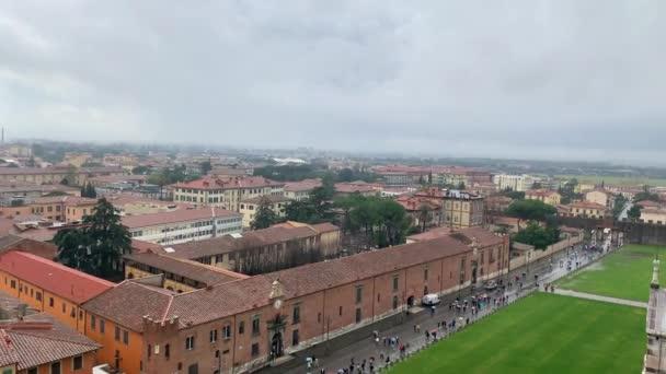 PISA, ITALIEN - 27. JANUAR 2020 Luftaufnahme von Pisa, Toskana, Italien. Historisch und kulturell reiches italienisches Stadtzentrum. Schöne Altstadt bei starkem Regen