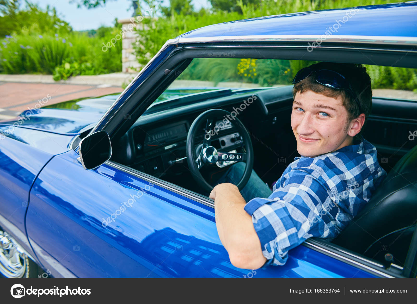 Portrait Of Happy Young Man Driving Blue Car U2014 Stock Photo