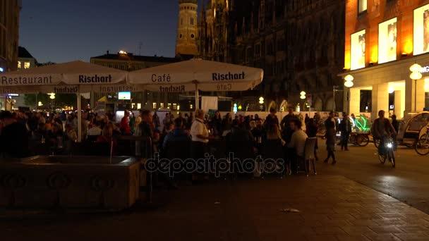 München, Deutschland - 14. Oktober 2017: Anwohner Rest in einem Straßencafé auf dem Marien-Platz am Abend