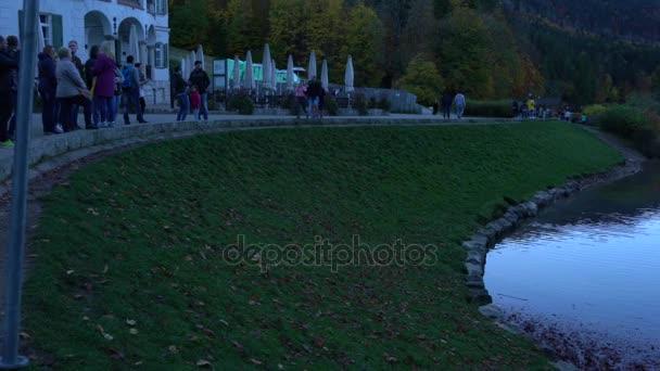 Schwangau, Deutschland - 15. Oktober 2017: Hohenschwangau-See in der Nähe von Schloss Neuschwanstein mit horizontale Bewegung