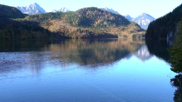 hohenschwangauer see in der nähe von schloss neuschwanstein und alpenberge mit vertikaler bewegung