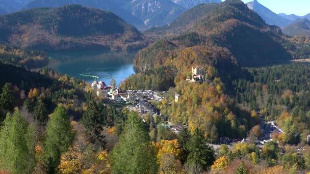 Hohenschwangau-See in der Nähe von Schloss Neuschwanstein und Alpen Berge mit Vertikalbewegung