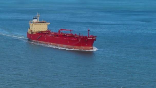 Vysoký úhel pohled na nákladní loď v otevřený oceán