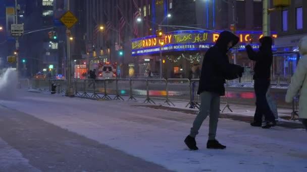Hóeke eltávolítja a hó a járdán közeli Radio City Music Hall