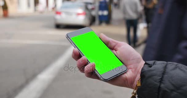 Žena má zelená obrazovka Smartphone v městě