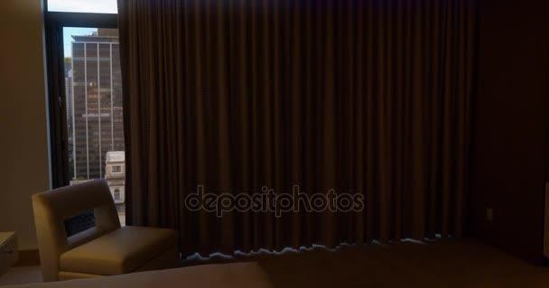 automatische gordijnen open onthullende san diego skyline stockvideo