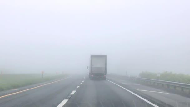 Po Semi Truck v mlze na dálnici
