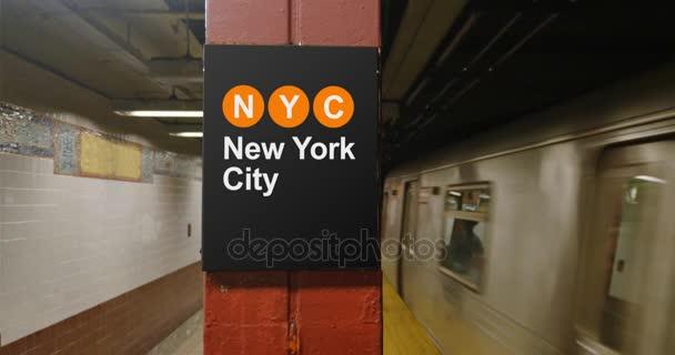 Manhattan metra blíží platformu znakem New York City