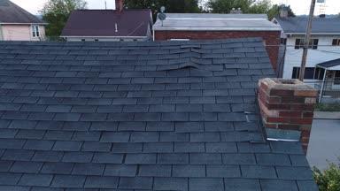 Videokanálu Drone kontrola poškozené šindele na střeše
