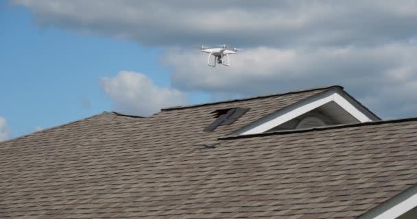 Stavební inspektor používá malé Drone kontrolovat poškozené šindele na střeše