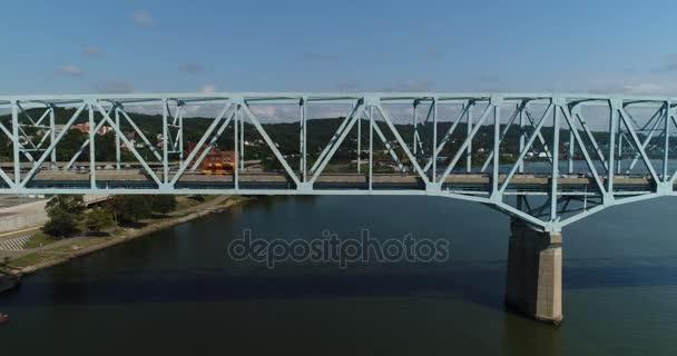 Den letecký profil pohledu z Monaca rochesterském mostě přes řeku Ohio