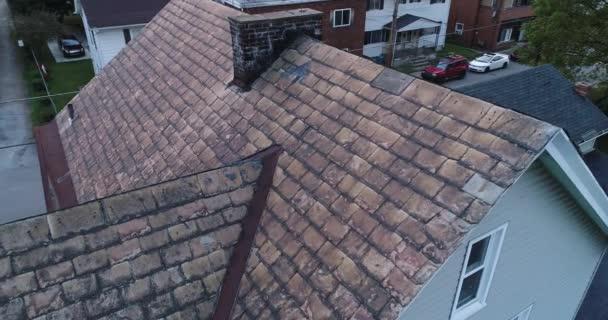 Videokanálu Drone kontrola poškozené břidlicové střechy