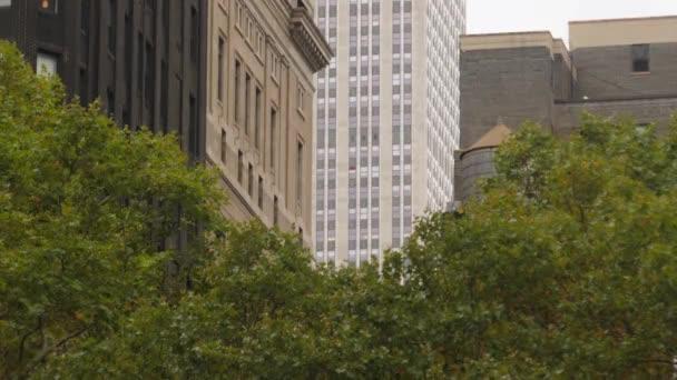 Pohled na typické kancelářské budovy v Manhattanu