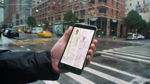 Člověk používá Ride sdílení aplikací v telefonu volat řidič