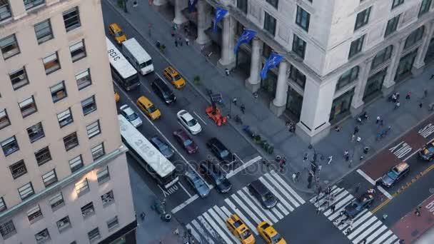 Pohled z vysokého úhlu dopravy a chodců na 5th Avenue na Manhattanu