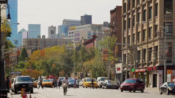 Zpomalený pohyb chodců a provoz v Midtownu na Manhattanu